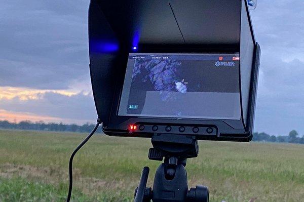 Das Bild der Wärmebildkamera wird in Echtzeit auf einen Bildschirm übertragen (R. Lemb)