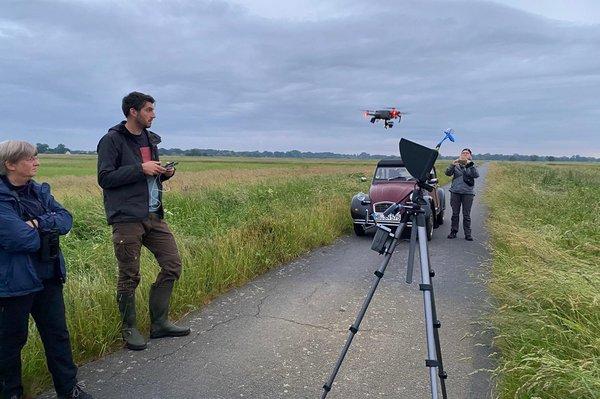 Die Drohne nach dem Start in der Luft (© R. Lemb)
